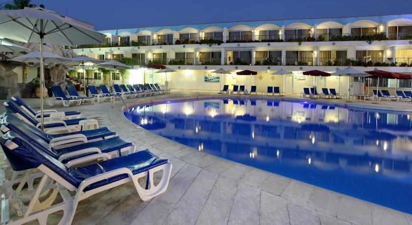 בריכת שחייה במלון אמריקנה