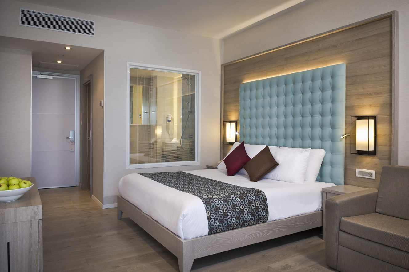 מיטה זוגית בחדר מלון אסטרל ויליג' באילת