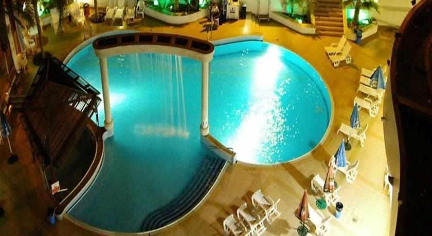הבריכה בלילה מלון בי קלאב