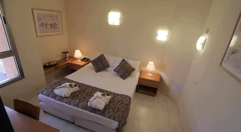 מיטה זוגית מלון בי קלאב