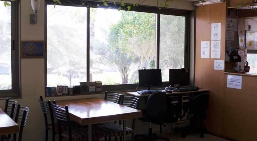 עמדת מחשב אכסניית בית הערבה