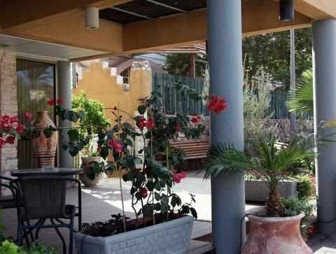 חצר מלון בלו