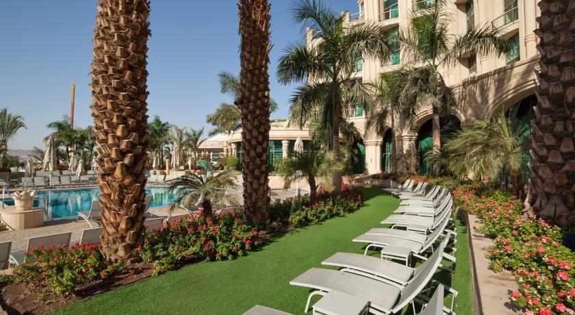 בריכה ומדשאות מלון מלכת שבא