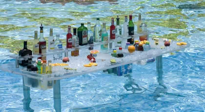 בר משקאות בבריכה מלון אגמים