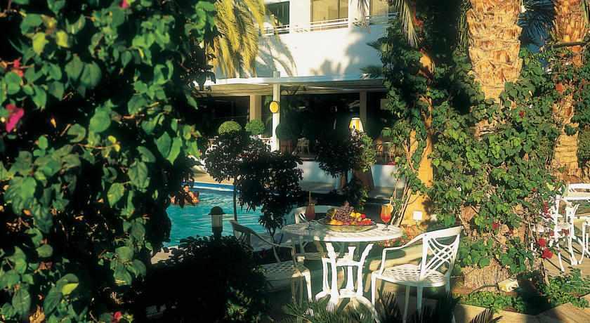 פינות ישיבה בבריכה מלון לגונה