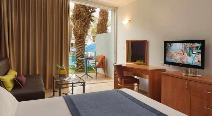 חדר גן לבריכה מלון לאונרדו קלאב