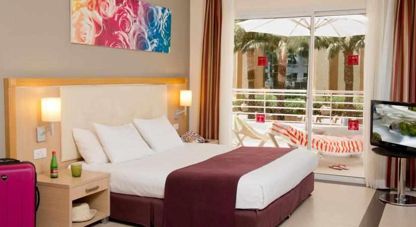 חדר עם מרפסת מלון לאונרדו רויאל ריזורט