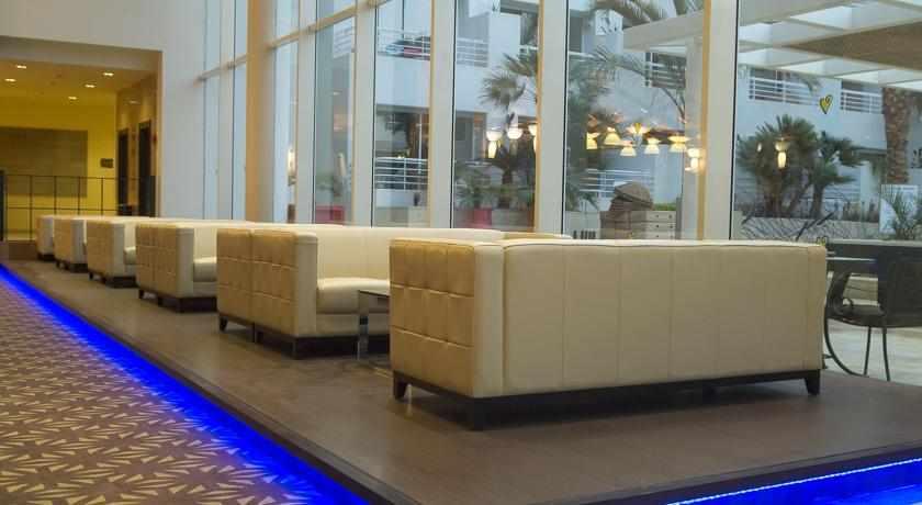 אזורי ישיבה בלובי מלון לאונרדו רויאל ריזורט
