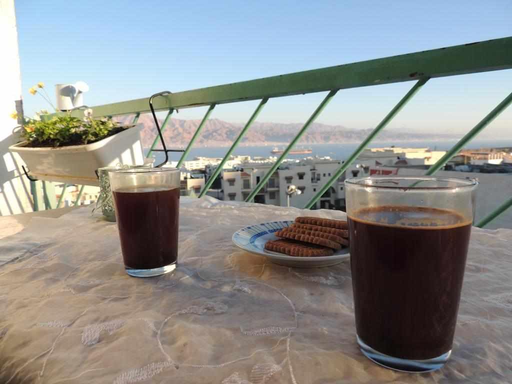 קפה שחור במרפסת מלון דירות לב