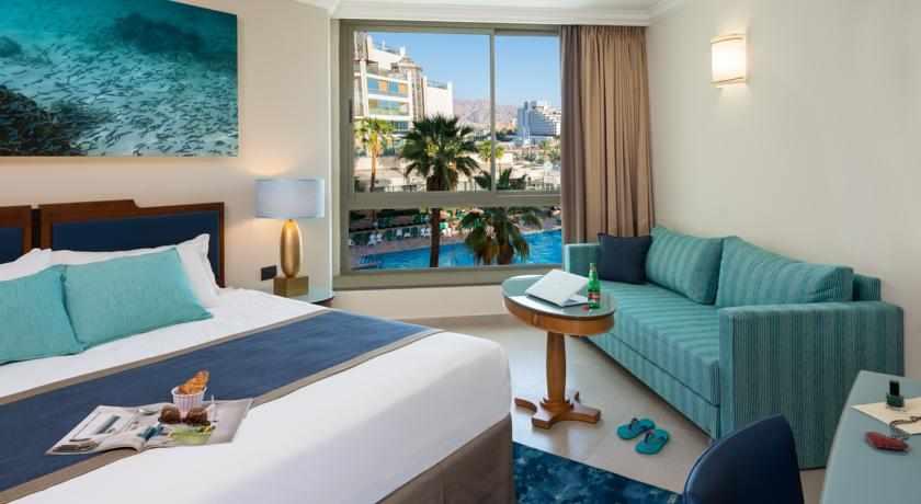 חדר פונה לבריכה מלון מג'יק פאלאס