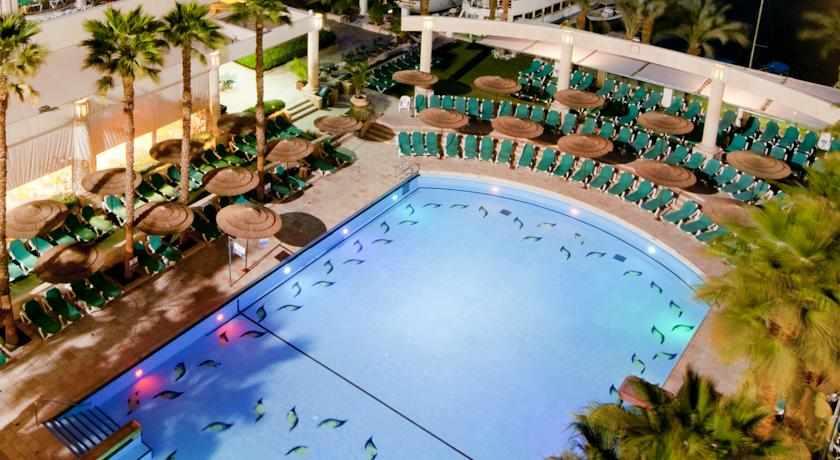 נוף לבריכה מלון מג'יק פאלאס