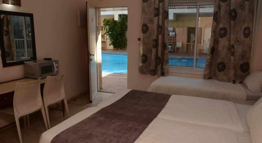 חדר גן לבריכה מלון הים האדום