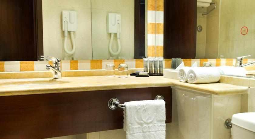 אמבטיה מלון רימונים