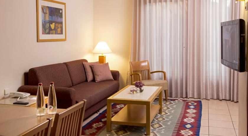 חדר מאובזר מלון רויאל גרדן