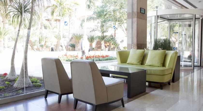 פינת ישיבה מלון רויאל גרדן